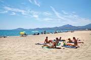 Jugendliche-strandurlaub-chillen-atlantik