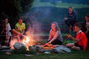 Lagerfeuer jugendreise team camping