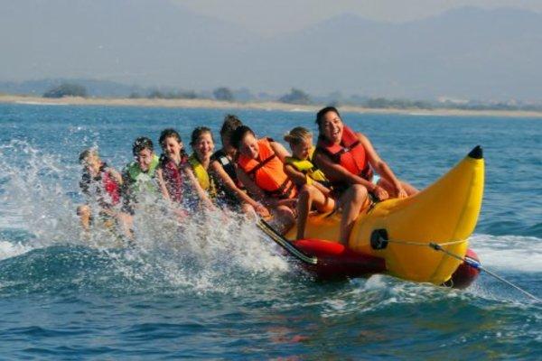 Jungedliche fahren Bananaboot